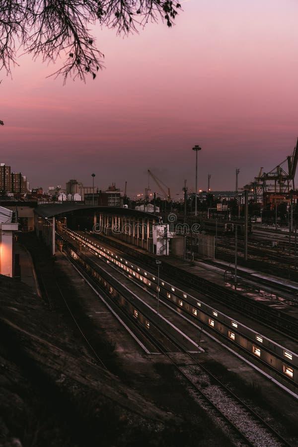 Um depósito moderno da estrada de ferro no por do sol imagens de stock royalty free