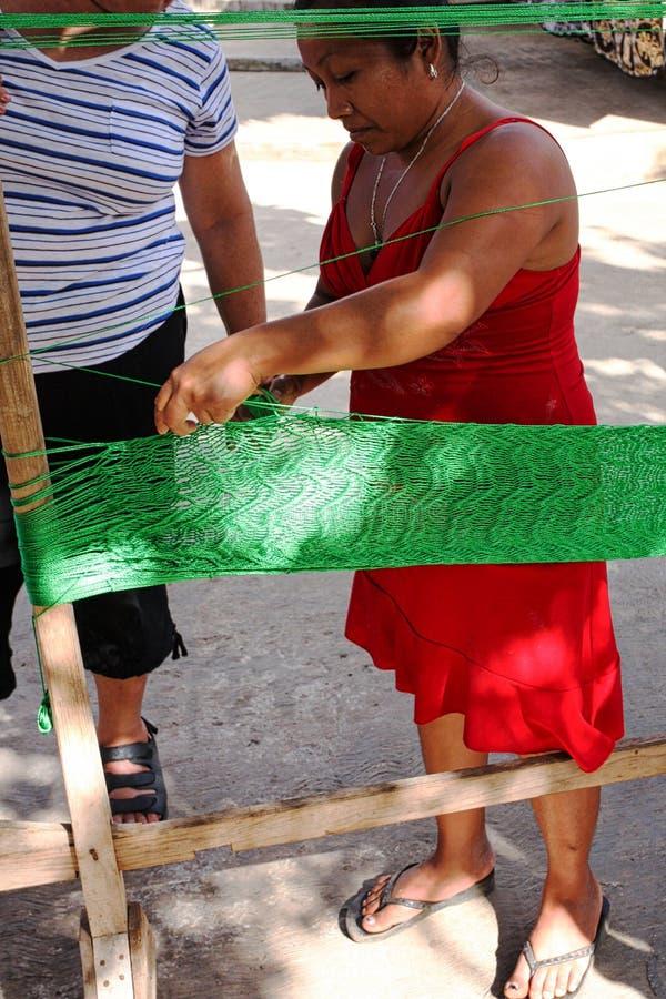 Um descendente maia que faz uma rede maia tradicional imagem de stock royalty free