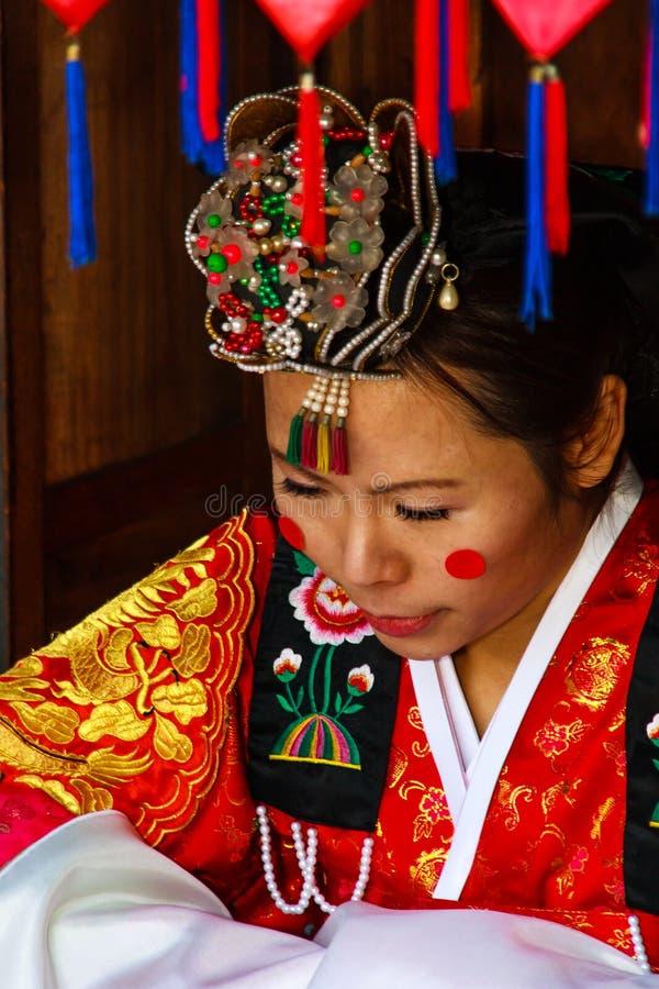 Um desempenho do casamento coreano tradicional. fotos de stock royalty free