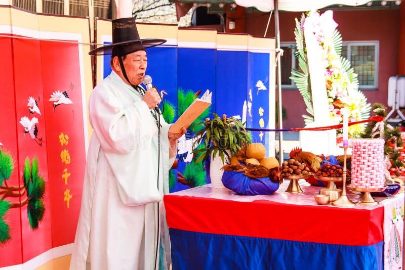 Um desempenho do casamento coreano tradicional. foto de stock royalty free
