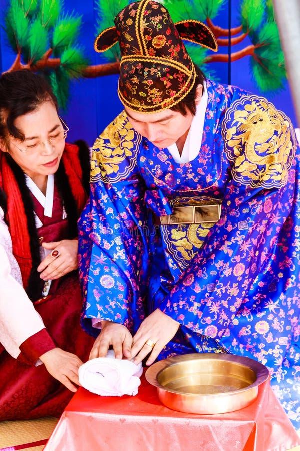 Um desempenho do casamento coreano tradicional. imagens de stock