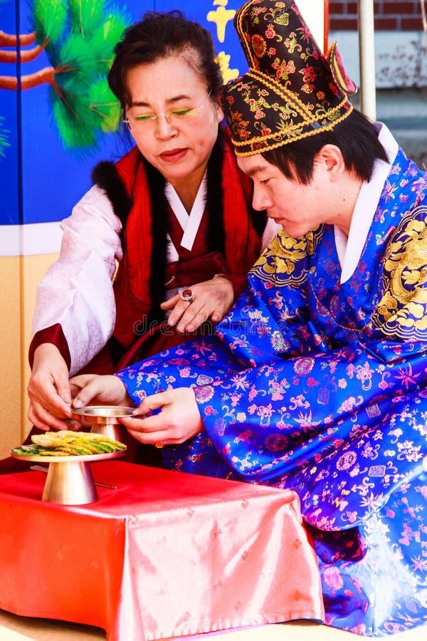 Um desempenho do casamento coreano tradicional. imagens de stock royalty free