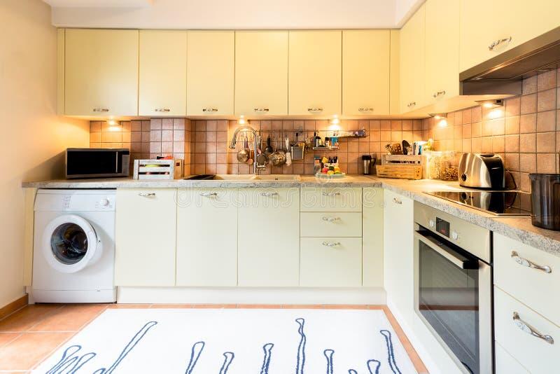 Um design de interiores moderno da cozinha fotografia de stock royalty free