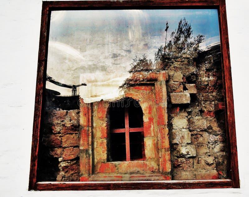 Um detalhe de parede velha com uma janela que mostre tijolos vermelhos fotos de stock royalty free
