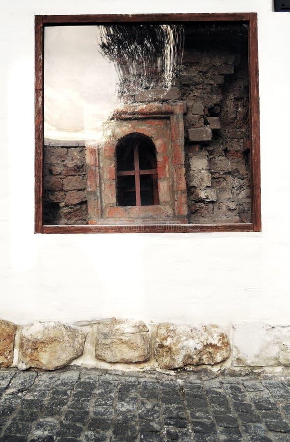 Um detalhe de parede velha com uma janela que mostre tijolos vermelhos fotografia de stock royalty free