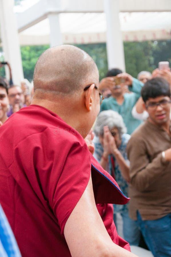 Um devoto procura bênçãos de 14o Dalai Lama fotos de stock