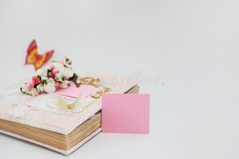 Um diário para entradas em uma tabela branca fotografia de stock royalty free