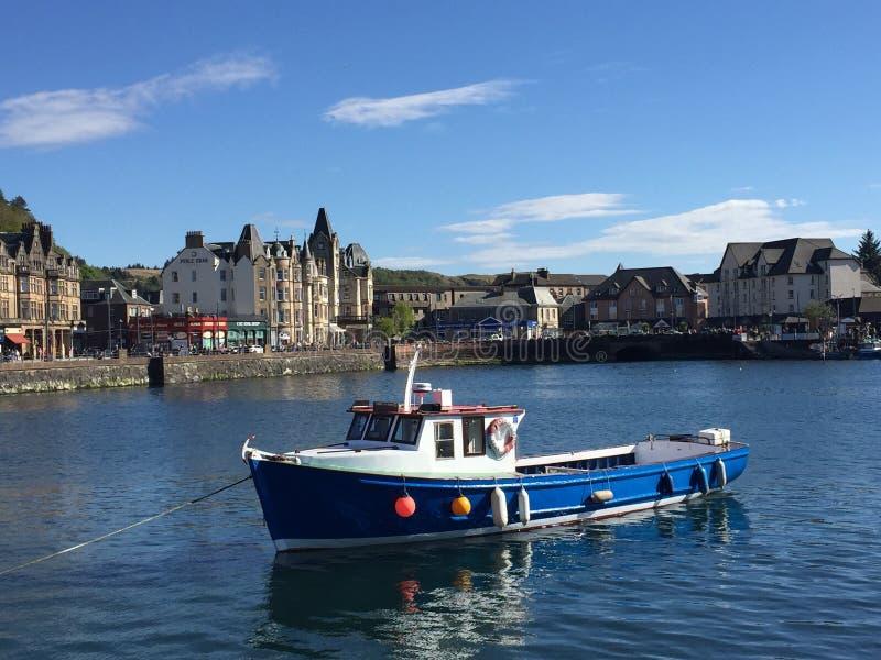 Um dia bonito em Oban, Escócia imagens de stock