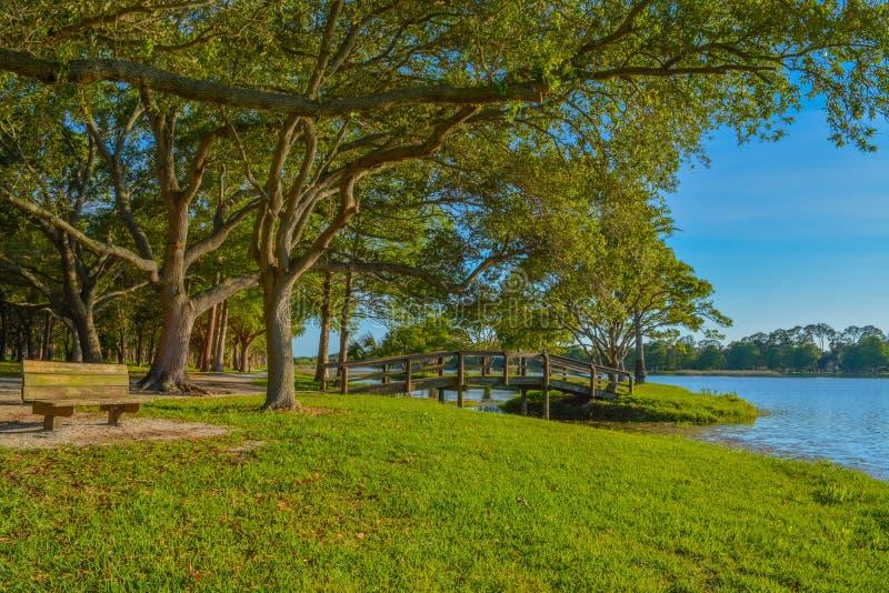 Um dia bonito para uma caminhada e a vista da ponte de madeira à ilha em John S Taylor Park no Largo, Florida imagem de stock