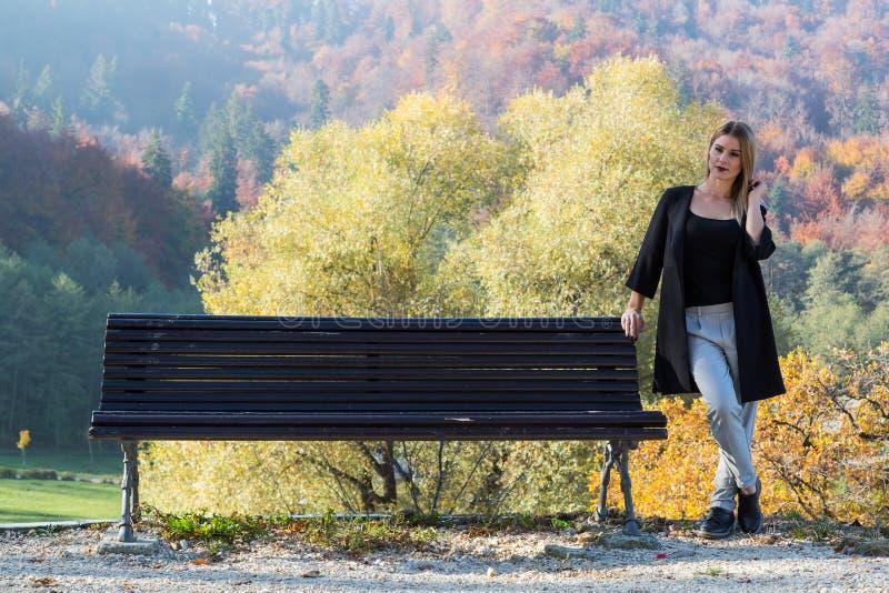 Um dia da queda através das madeiras em algum lugar na Transilvânia com uma menina bonita imagem de stock