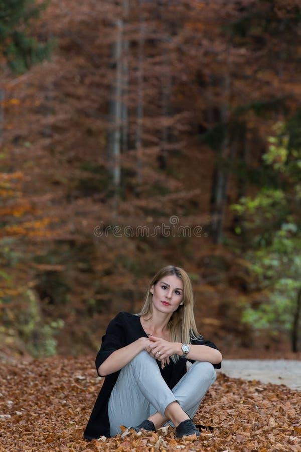 Um dia da queda através das madeiras em algum lugar na Transilvânia com uma menina bonita fotos de stock royalty free