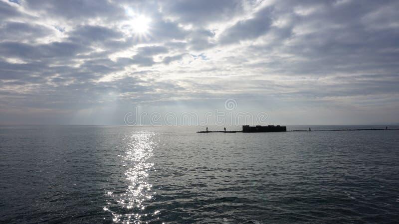 Um dia de inverno bonito no mar imagens de stock