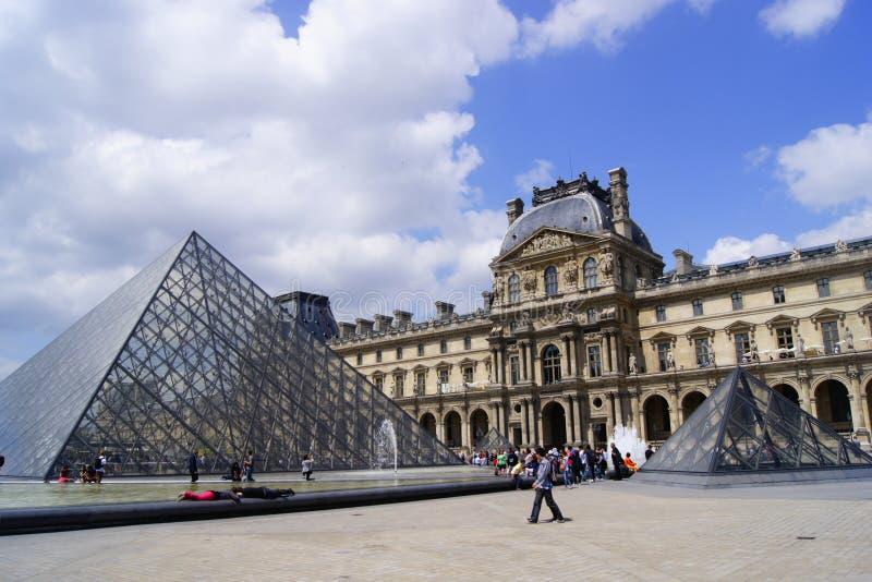 Um dia de verão em Musée du Louvre foto de stock royalty free