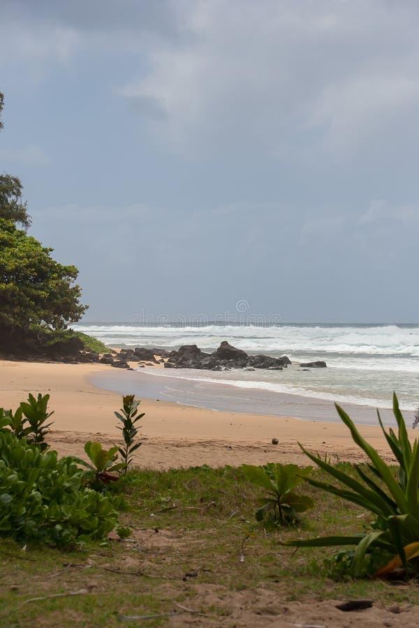 Um dia delicado na praia de Haena imagem de stock royalty free