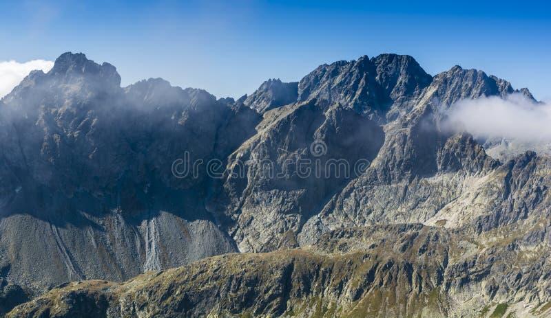 Um dia ensolarado bonito nas montanhas foto de stock royalty free