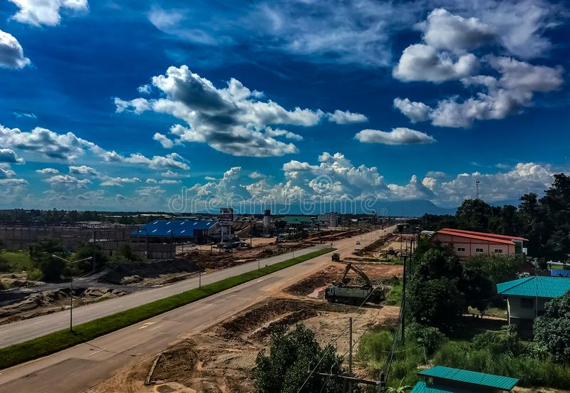 Um dia ensolarado com as nuvens brancas macias em Bueng Kan City, Ka de Bueng imagens de stock royalty free