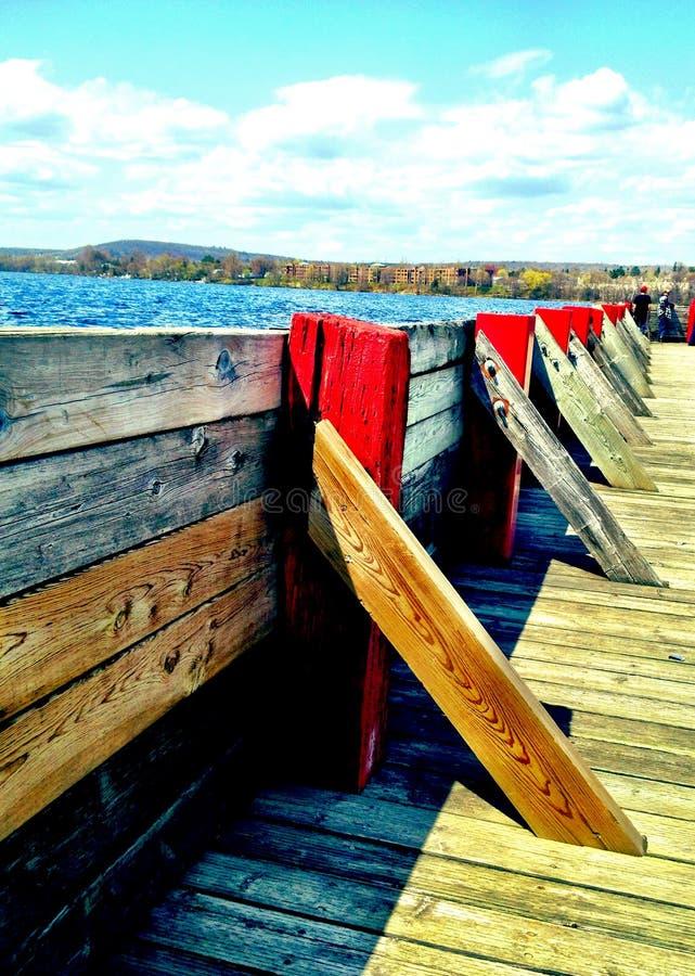 Um dia ensolarado na doca do governo em Ontário do norte imagens de stock