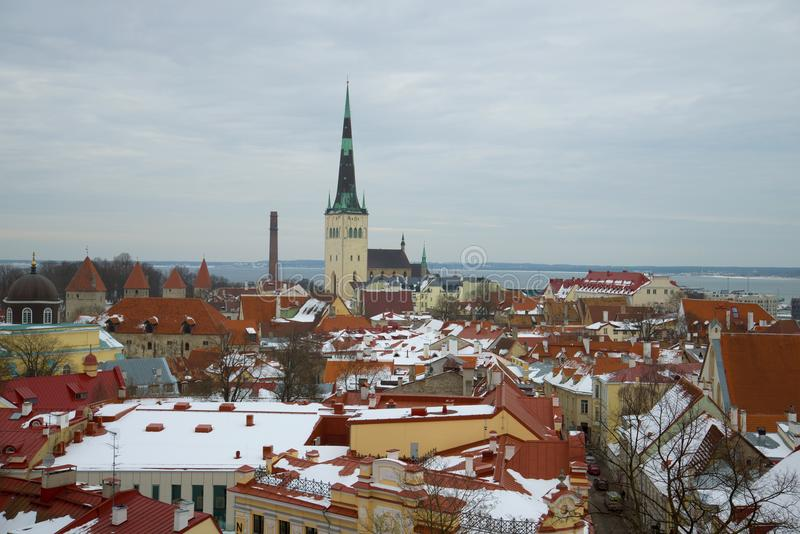 Um dia nebuloso de março sobre o Tallinn velho Estónia fotos de stock