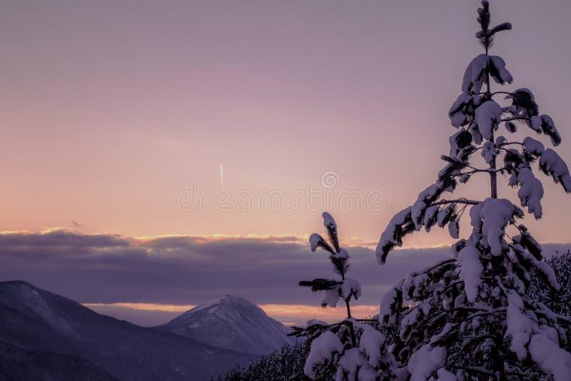 Um dia vonderful de janeiro Paisagens bonitas do inverno com por do sol imagens de stock royalty free