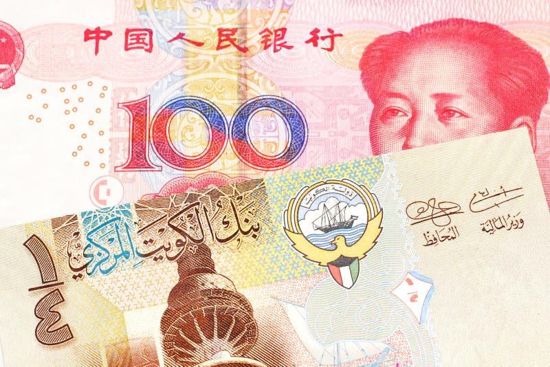 Um dinar kuwaitiano com um fim chinês da nota do yuan acima fotos de stock