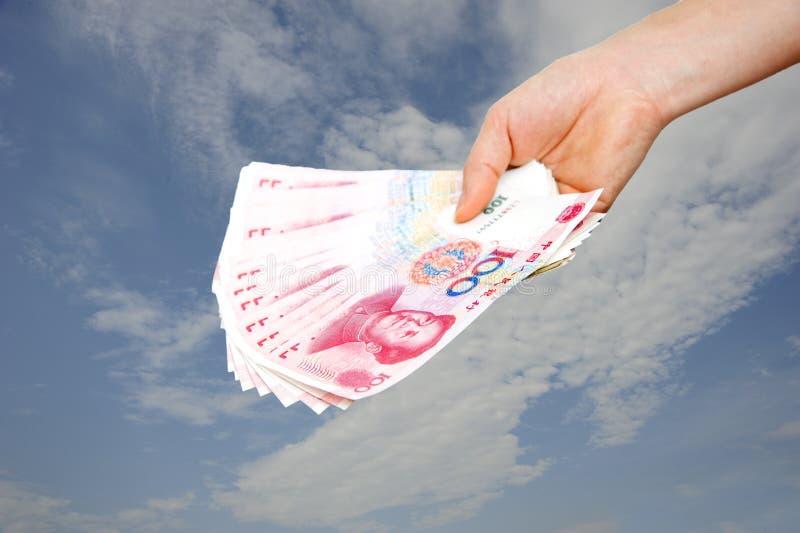 Um dinheiro da terra arrendada da mão fotografia de stock royalty free