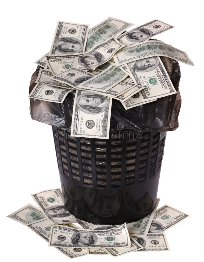 Um dinheiro está em uma cubeta do lixo. fotografia de stock