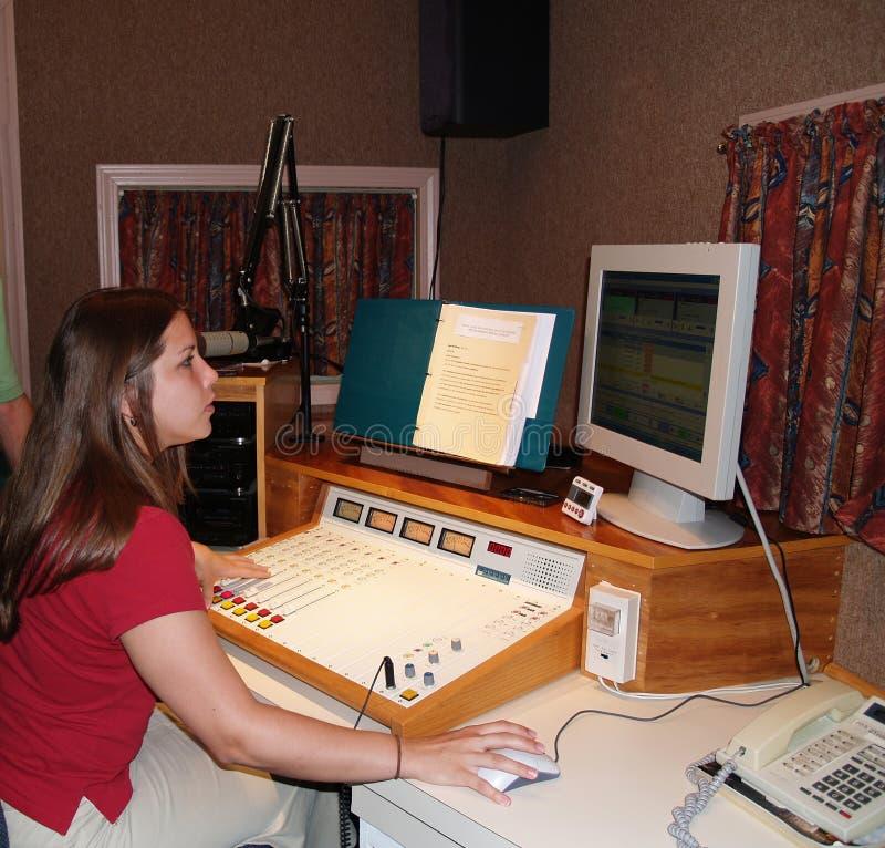 Um DJ que trabalha em uma estação de rádio foto de stock royalty free
