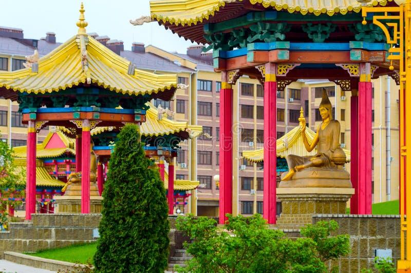 Um do professor de estátuas do budismo fora da construção do templo Mais grande no templo budista de Rússia e de Europa em Elista foto de stock royalty free