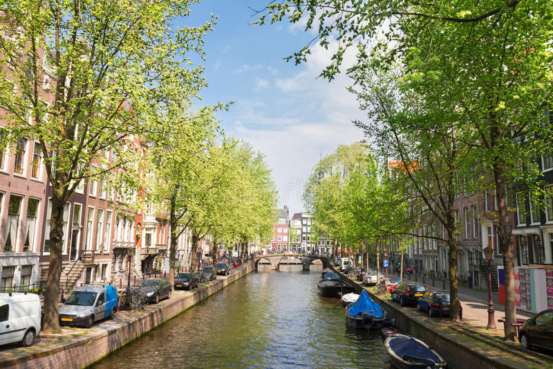 Um dos canais em Amsterdão, Holanda foto de stock