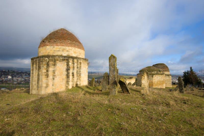 Um dos mausoléus do complexo de Eddie Gumbes no cemitério antigo Shemakha azerbaijan fotos de stock