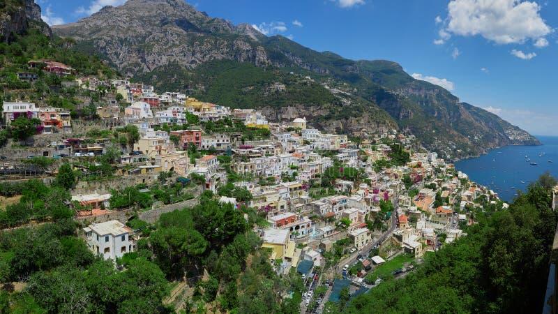 Um dos melhores recursos de Itália com as casas de campo coloridas velhas na inclinação íngreme, na praia agradável, nos iate num imagens de stock royalty free