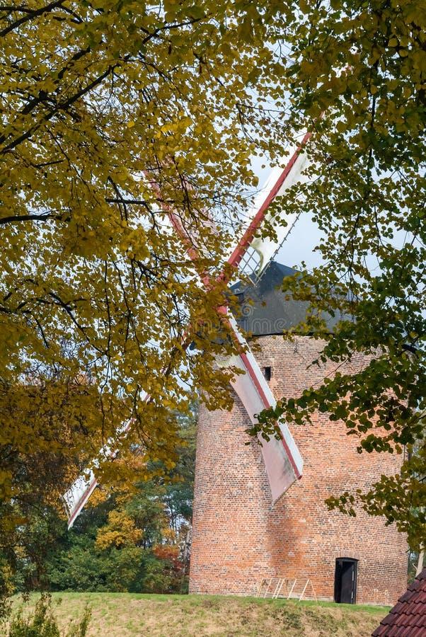 Um dos moinhos de vento os mais velhos em Europa para grões de moedura em f imagem de stock royalty free