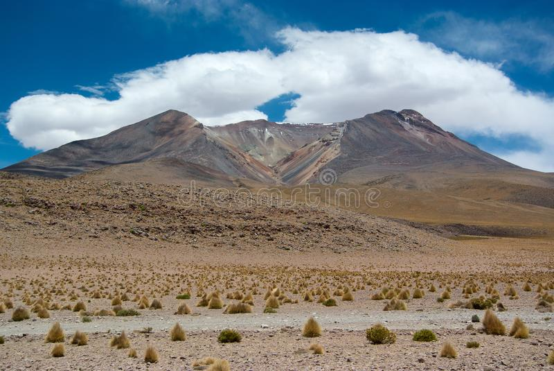 Um dos vulcões numerosos no Altiplano boliviano fotografia de stock