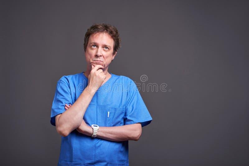 Um doutor masculino de pensamento foto de stock