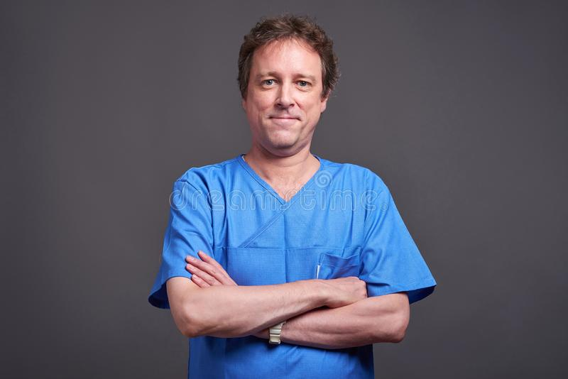 Um doutor masculino seguro imagens de stock royalty free