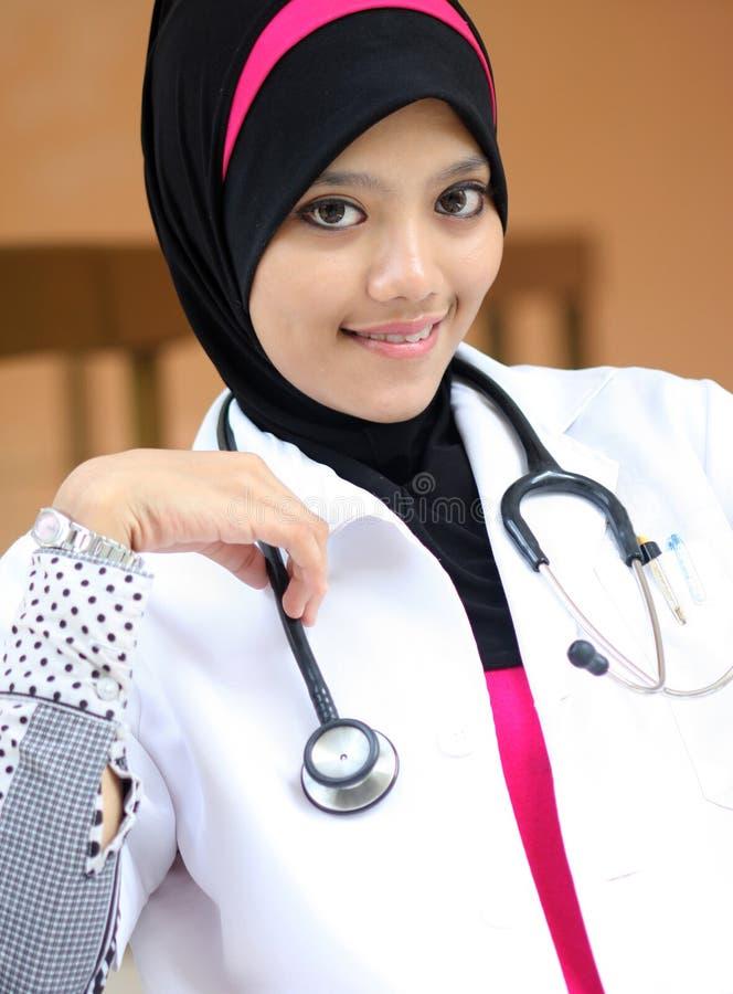 Um doutor muçulmano novo da mulher fotografia de stock royalty free