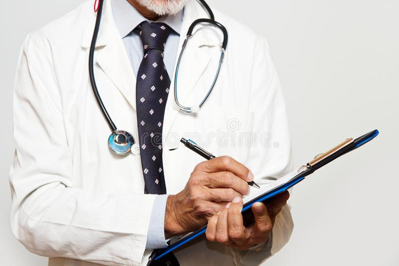Um doutor que esteja consultando um informe médico imagens de stock