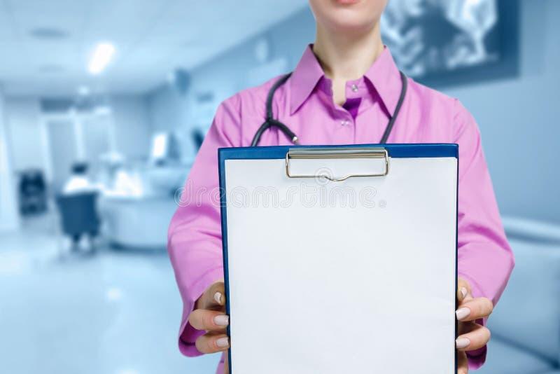 Um doutor que guarda o cartão do tratamento para a prescrição e o diagnóstico imagens de stock