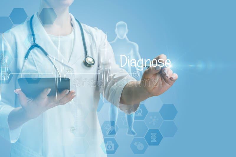 Um doutor que opera-se com o tela táctil com diagnostica a palavra nela foto de stock
