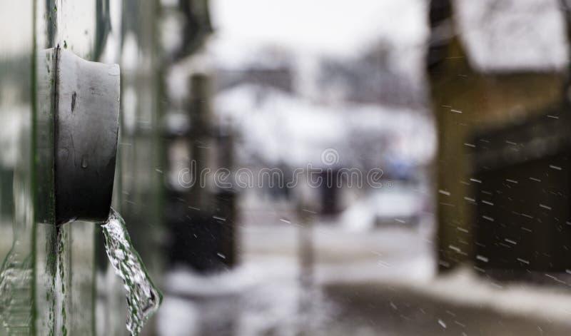 Um downspout do metal e uma tempestade raspam, conceito da mudança da estação fotos de stock royalty free