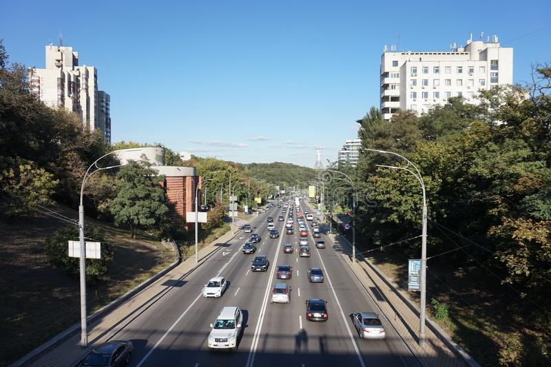 Um e as avenidas de Kiev, em que os carros estão viajando em horas de ponta imagens de stock royalty free