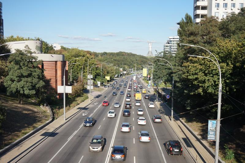 Um e as avenidas de Kiev, em que os carros estão viajando em horas de ponta foto de stock
