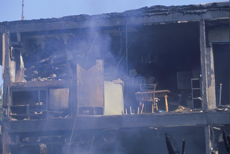 Um edifício de apartamento no incêndio fotos de stock royalty free