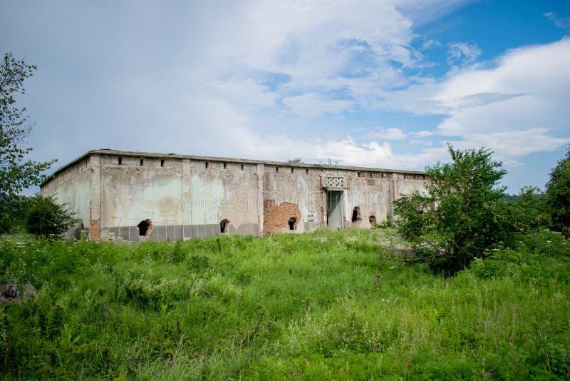 Um edif?cio abandonado velho Antigo armazém das frutas e legumes nos anos 80 Furos nas paredes fotos de stock royalty free