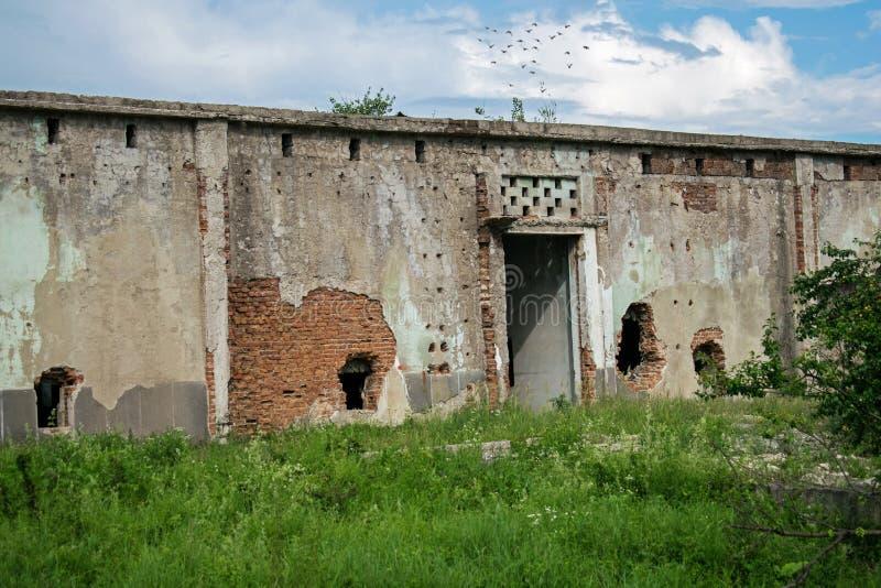 Um edif?cio abandonado velho Antigo armazém das frutas e legumes nos anos 80 Furos nas paredes foto de stock royalty free