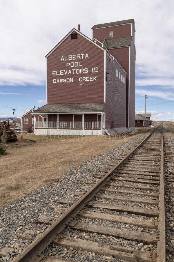 Um elevador de grão ao lado da estrada de ferro fotografia de stock
