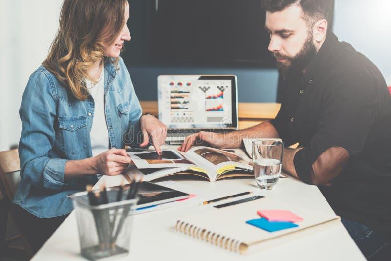 Um em um que encontra-se Reunião de negócio Na tabela são o portátil e o caderno com gráficos e diagramas na tela Instrução em li imagem de stock royalty free