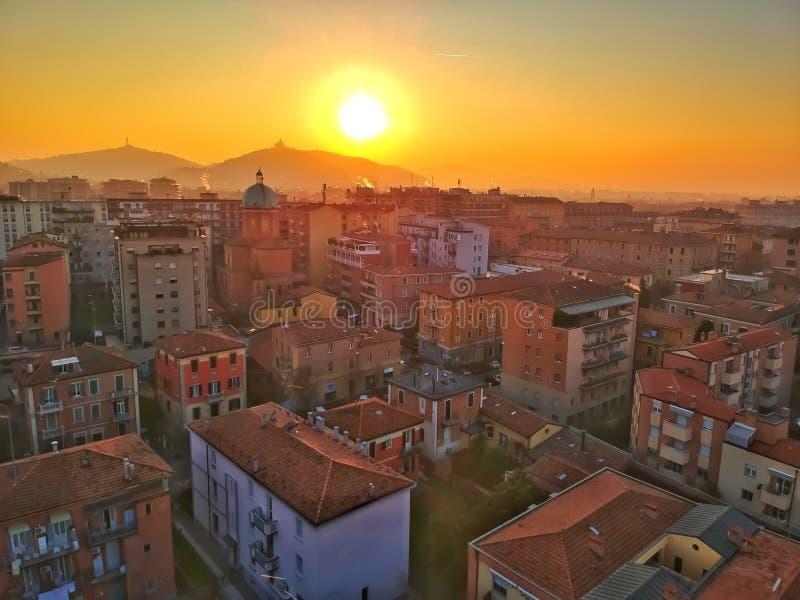 Um embaçamento alaranjado sobre a arquitetura da cidade da Bolonha durante o por do sol fotografia de stock