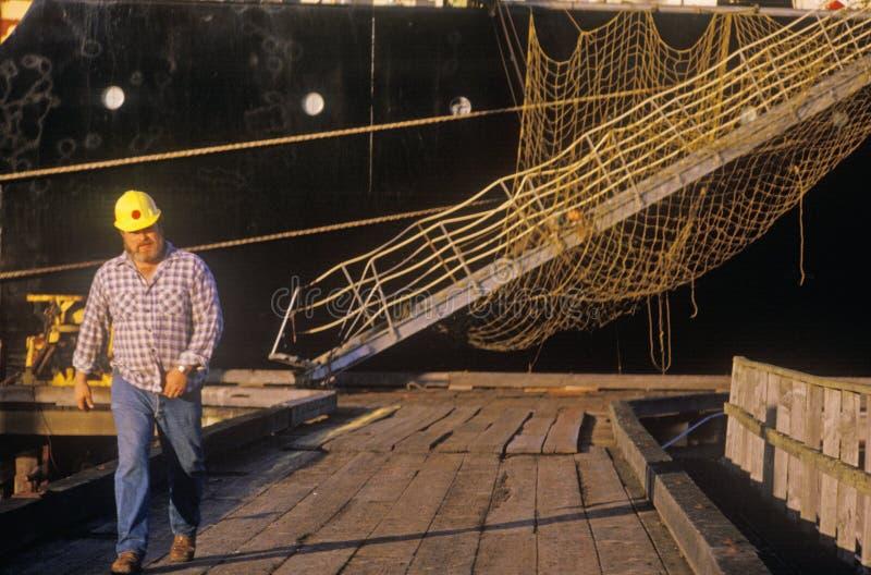 Um embarcadouro do cargueiro na curvatura norte Oregon após o cruzamento no Oceano Pacífico fotografia de stock