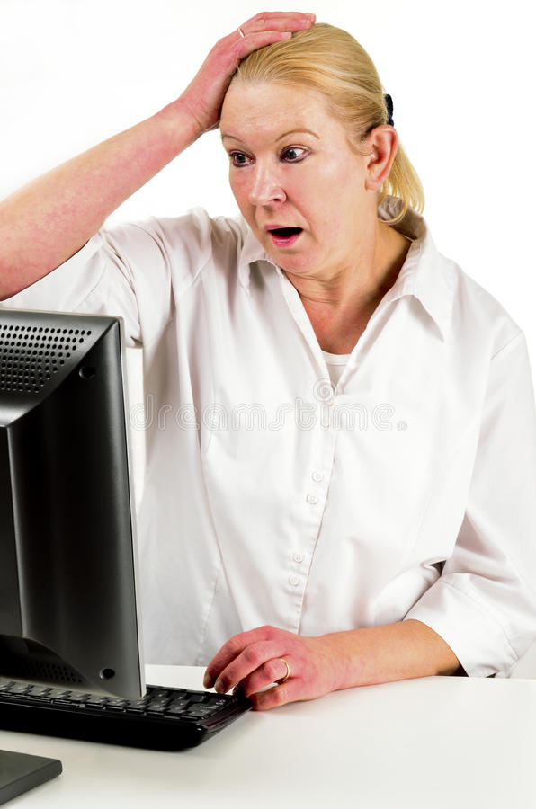 Um empregado de escritório que trabalha em um computador imagem de stock